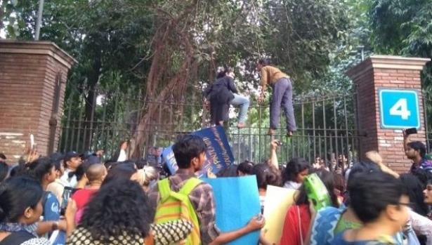 women and men students protesting in India