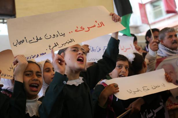 Children demonstrating in support od Palestinian prisoners